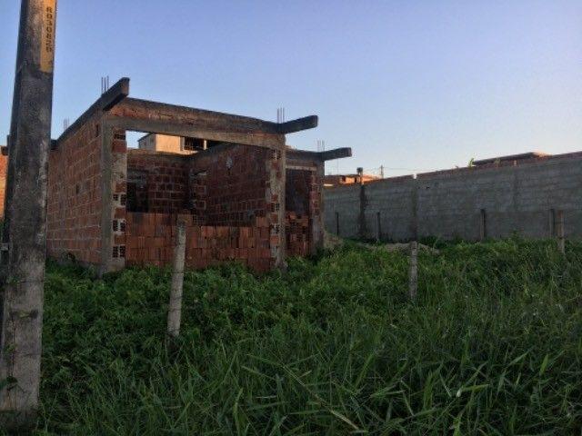 Terreno com casa em construção em ponto de laje