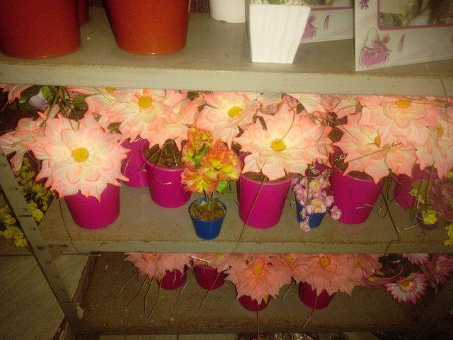 Arranjos de flores artificiais diverssos - Foto 3