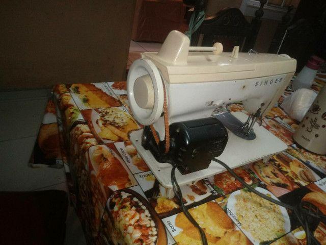 Máquina de costura + tecidos e aviamentos.