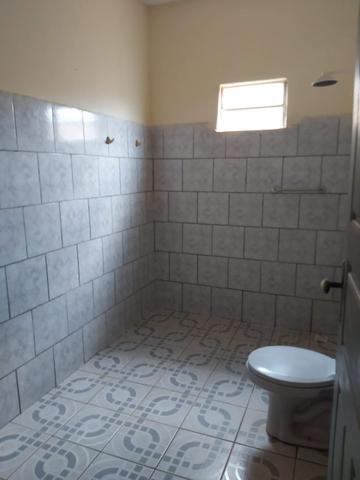 Alugo casa no cohatrac/ sendo 6 quartos e 3 banheiros - Foto 2