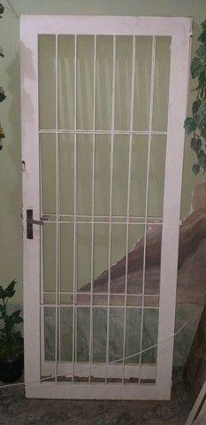 Portão de grade de ferro. Portão de ferro social .  - Foto 3