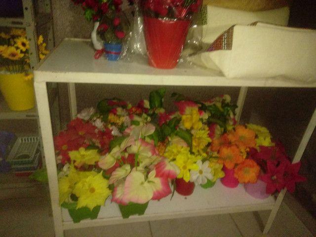 Arranjos de flores artificiais diverssos