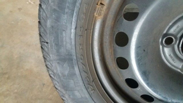 Peneu pirelli 175/70 r14 com roda de ferro - Foto 3