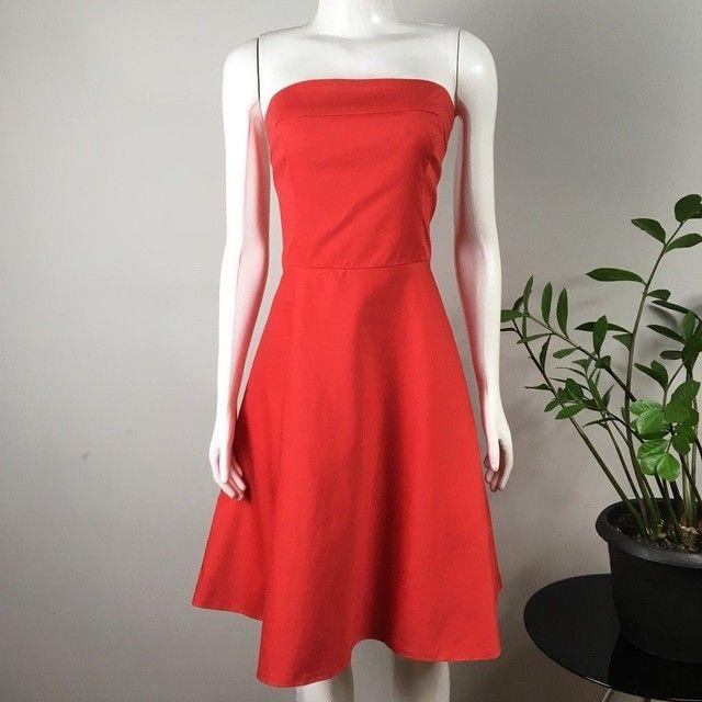 Vestido modelo tomara-que-caia, acinturado, saia evasê, vermelho bazar desapego brechó