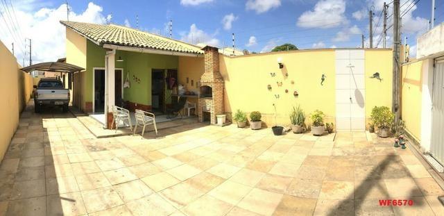 Casa plana no Castelão, 3 quartos, 6 vagas, deck com churrasqueira,