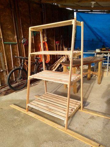 Estante expositor em madeira - Foto 3