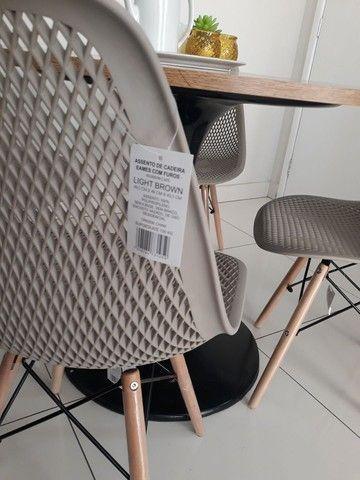 Conjunto mesa saarinen com 4 cadeiras Eiffel colméia  - Foto 2