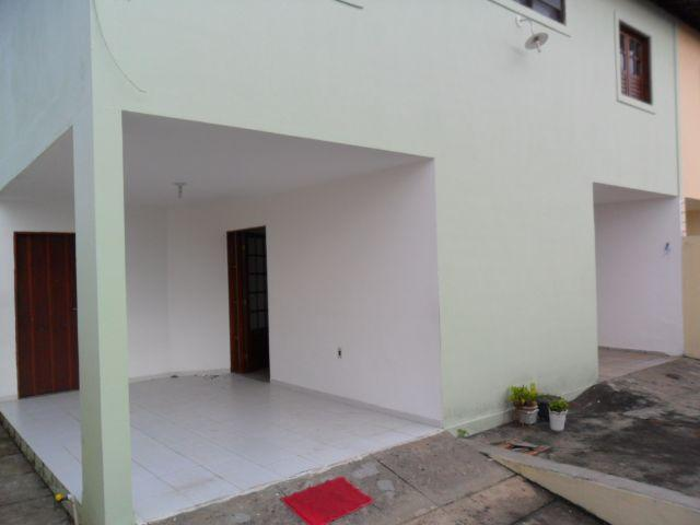 Casa com 03 quartos sendo 01 suite próximo a Avenida Fernandes Lima