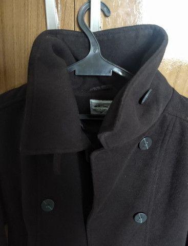 Casaco trench coat preto com botões - Foto 5