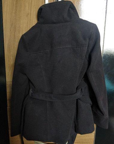 Casaco trench coat preto com botões - Foto 6