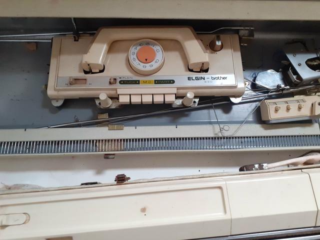 Vendo máquina de tricô Elgin Brotter + 8 novelos de lã de brinde