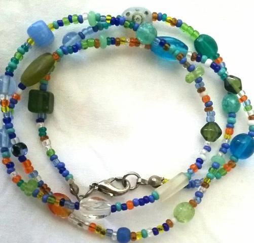 Pulseira/colar de pedrinhas coloridas