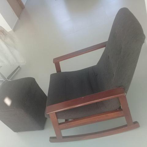 Cadeira de balanço, com descanso p os pés. toda em madeira.