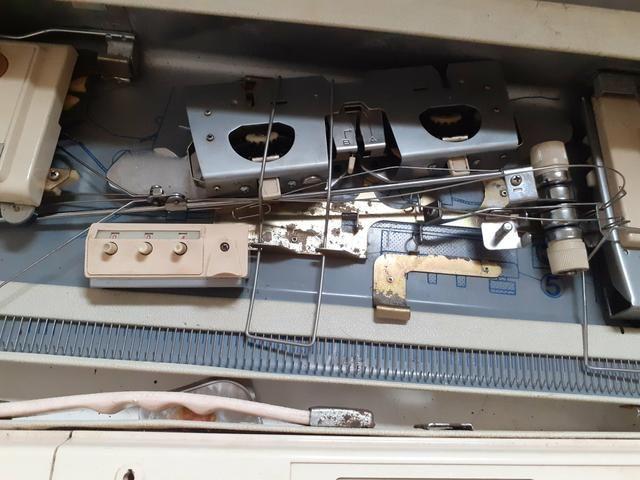 Vendo máquina de tricô Elgin Brotter + 8 novelos de lã de brinde - Foto 3
