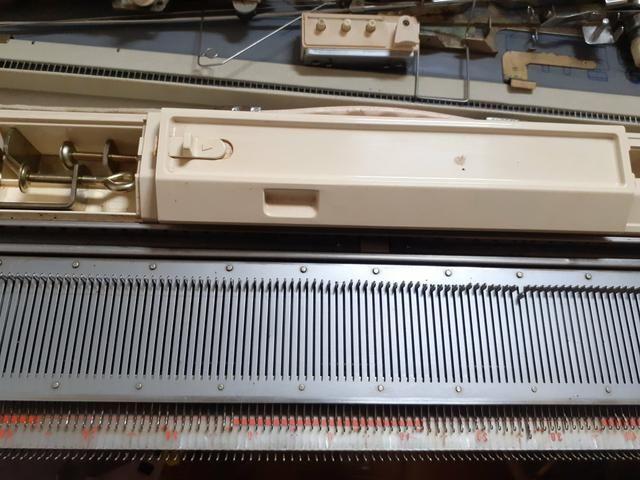 Vendo máquina de tricô Elgin Brotter + 8 novelos de lã de brinde - Foto 6