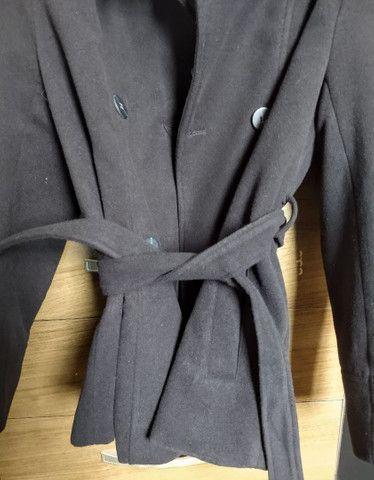Casaco trench coat preto com botões - Foto 4