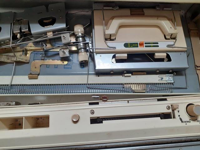 Vendo máquina de tricô Elgin Brotter + 8 novelos de lã de brinde - Foto 2