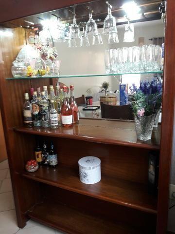 Estante Bar Mógno Maciço, verniz fosco, espelho, bem conservada, móvel bonito e luminoso!