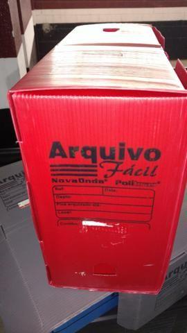 Caixas de arquivo morto na cor vermelha e preta