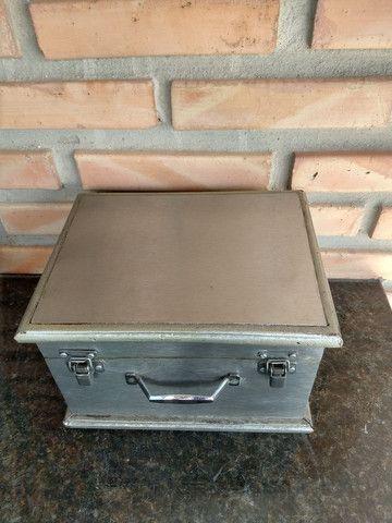 Caixa de madeira com placa metal modelo baú com trave - Foto 2