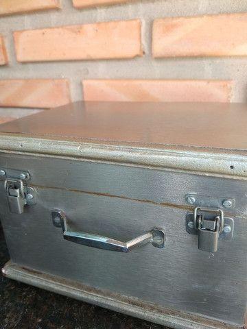Caixa de madeira com placa metal modelo baú com trave - Foto 4