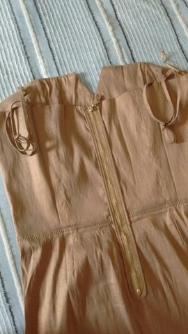 Lindíssimo vestido de seda com decote e alça reguladora