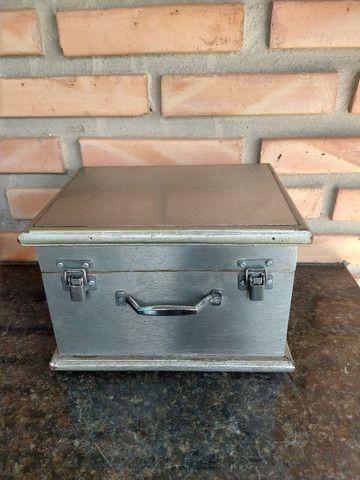 Caixa de madeira com placa metal modelo baú com trave