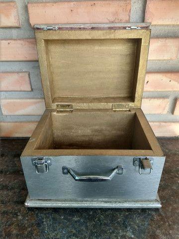 Caixa de madeira com placa metal modelo baú com trave - Foto 3