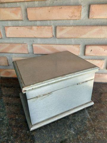 Caixa de madeira com placa metal modelo baú com trave - Foto 5