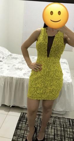 Vestido amarelo c bojo e tule preto na frente