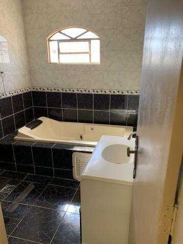 Ótima casa de 4 qts, suite, área de lazer completa em lote de 700 metros - Foto 5