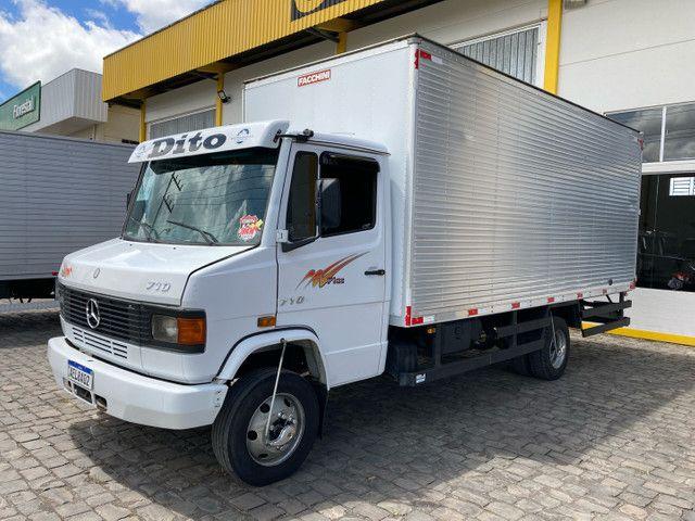 Caminhão Mb 710 baú