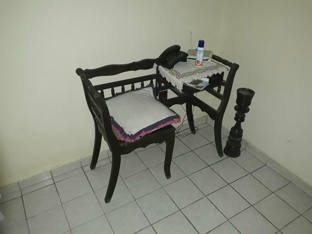 Mesa com cadeira para telefone