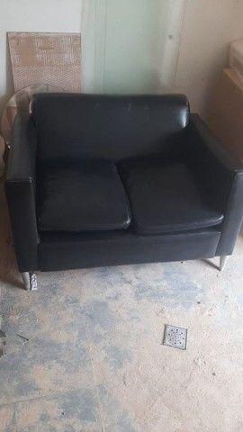 Sofá de couro dois lugares preto. Excelente  - Foto 2