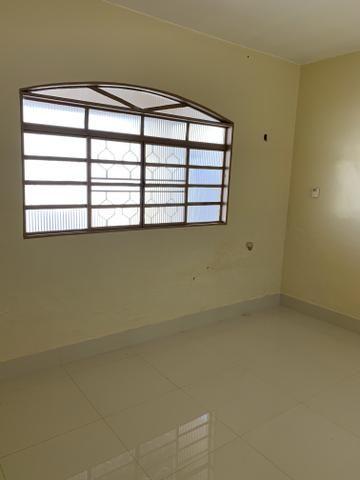 Ótima casa de 4 qts, suite, área de lazer completa em lote de 700 metros - Foto 3