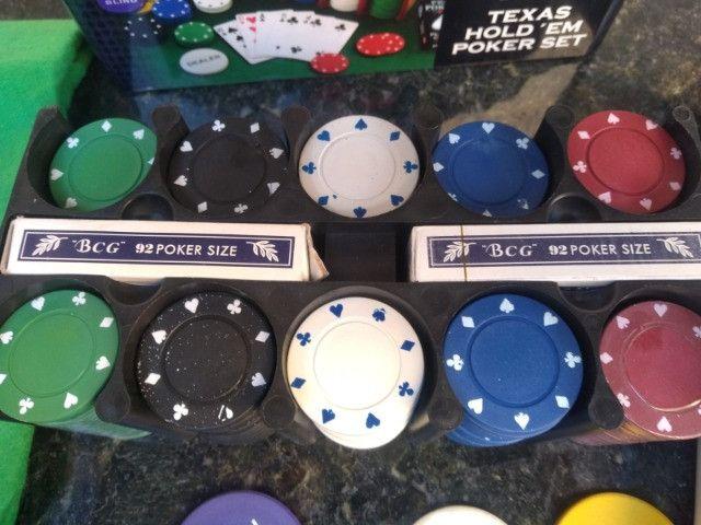 Kit Poker 200 Fichas 2 Baralho Botão D. Pano Verde Lata - Foto 3
