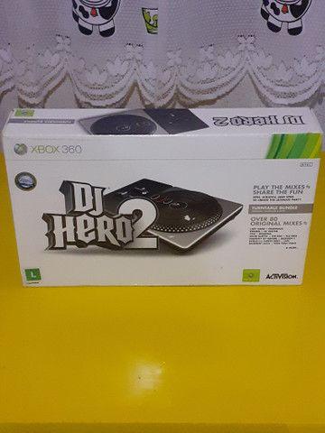 Dj Hero 2 e jogo Assassin's Creed lV Black Xbox 360 (Completo)Aceito Cartão - Foto 2