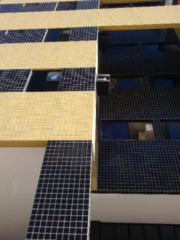 Apartamento na Ponta Verde com 02 quartos e armários