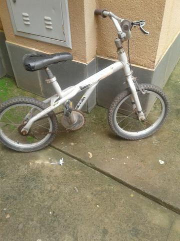 Bicicleta infantil e moto a bateria