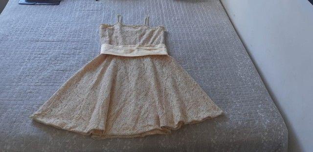 Vendo Vestido Infantil de renda amarelo bebê com detalhes em pérola e faixa de cetim. - Foto 4