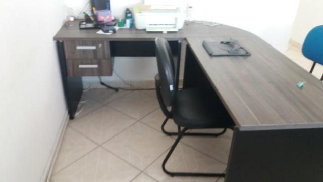 Mesa p escritório grande em L com chaves - Foto 2