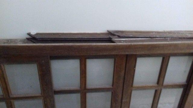 Janela  de madeira quadriculada