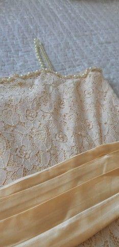 Vendo Vestido Infantil de renda amarelo bebê com detalhes em pérola e faixa de cetim. - Foto 2