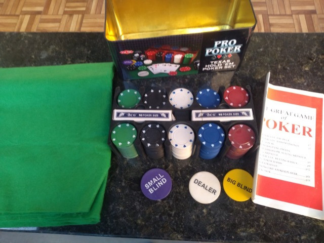 Kit Poker 200 Fichas 2 Baralho Botão D. Pano Verde Lata