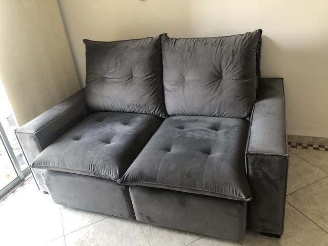 Sofa retrátil e reclinável em suede cinza