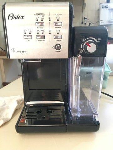 Cafeteira Oster PrimaLatte automática aço inoxidável e preta para expresso e cápsulas