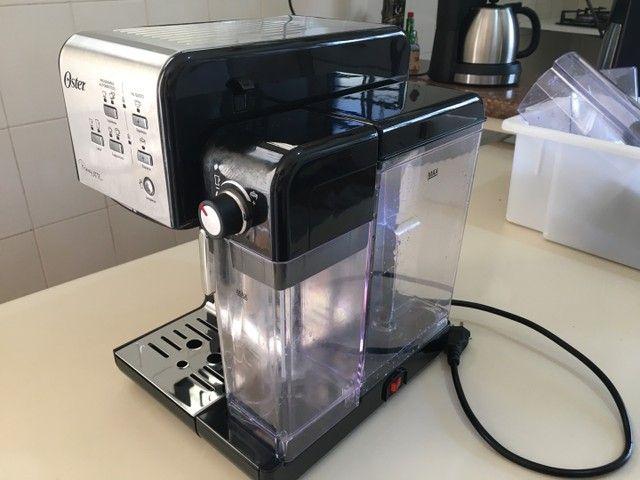 Cafeteira Oster PrimaLatte automática aço inoxidável e preta para expresso e cápsulas - Foto 2