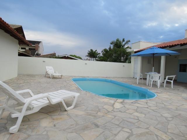 Casa com piscina em Itapoá ,3 quartos(1 suíte), ar, wifi, monit. 24h, 60 metros da praia