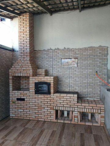 Churrasqueira, forno e fogão a lenha construídos no tijolinho maciço aparente.