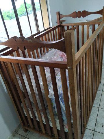 Berço em madeira maciça com regulagem de altura do colchão